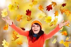 Muchacha en sombrero anaranjado del otoño con el brazo outstretched. Imagenes de archivo