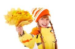 Muchacha en sombrero anaranjado del otoño con el grupo de la hoja. Imagen de archivo libre de regalías