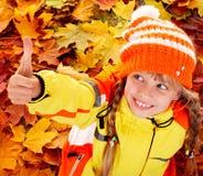 Muchacha en sombrero anaranjado del otoño con el pulgar para arriba. Imagenes de archivo