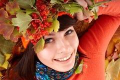 Muchacha en sombrero anaranjado del otoño en grupo y baya de la hoja. Fotografía de archivo