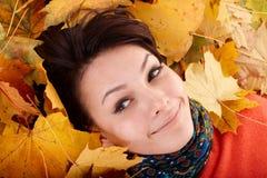 Muchacha en sombrero anaranjado del otoño en las hojas. Imagen de archivo libre de regalías