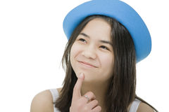 Muchacha en sombrero azul, con la expresión pensativa Imágenes de archivo libres de regalías
