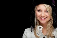 Muchacha en sombrero caliente del invierno y capa brillante Fotos de archivo libres de regalías