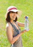 Muchacha en sombrero con la botella de agua Foto de archivo libre de regalías