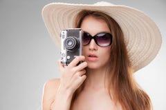 Muchacha en sombrero de ala ancha y gafas de sol con Foto de archivo libre de regalías