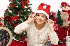 Muchacha en sombrero de la Navidad Foto de archivo libre de regalías