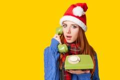 Muchacha en sombrero de la Navidad con el teléfono Fotos de archivo libres de regalías