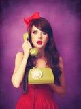 Muchacha en sombrero de la Navidad con el teléfono verde Imágenes de archivo libres de regalías