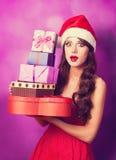 Muchacha en sombrero de la Navidad con los regalos Imagen de archivo