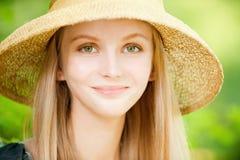 Muchacha en sombrero de paja Fotos de archivo libres de regalías