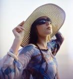 Muchacha en sombrero de paja Foto de archivo libre de regalías