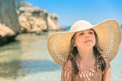 Muchacha en sombrero de paja Imágenes de archivo libres de regalías