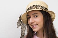 Muchacha en sombrero de paja de moda Fotos de archivo libres de regalías