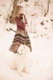 Muchacha con el perro samoed Foto de archivo libre de regalías