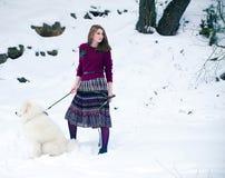 Muchacha con el perro samoed Imagen de archivo libre de regalías