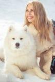 Muchacha con el perro samoed Imágenes de archivo libres de regalías