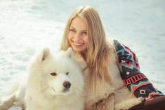 Muchacha con el perro samoed Fotos de archivo