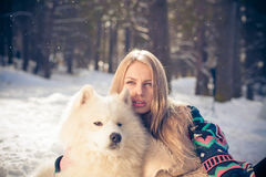 Muchacha con el perro samoed Fotografía de archivo