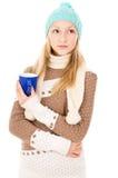 Muchacha en sombrero del invierno con la taza Foto de archivo