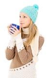 Muchacha en sombrero del invierno con la taza Fotos de archivo