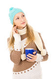 Muchacha en sombrero del invierno con la taza aislada Fotos de archivo libres de regalías