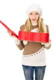 Muchacha en sombrero del invierno con un regalo Fotos de archivo libres de regalías