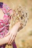 Muchacha en sombrero en campo de trigo Fotos de archivo libres de regalías