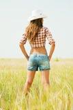 Muchacha en sombrero en el campo de los cereales Foto de archivo libre de regalías