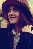 Muchacha en sombrero marrón imágenes de archivo libres de regalías