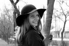 Muchacha en sombrero negro Fotografía de archivo libre de regalías