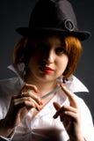 Muchacha en sombrero negro con el cigarrillo Imagen de archivo
