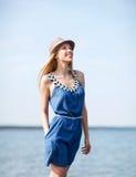 Muchacha en sombrero que camina en la playa Imagen de archivo libre de regalías