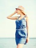 Muchacha en sombrero que camina en la playa Fotos de archivo