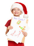 Muchacha en sombrero rojo con la letra a santa - concepto de la Navidad de las vacaciones de invierno Imagen de archivo libre de regalías
