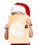 Muchacha en sombrero rojo con la letra a santa - concepto de la Navidad de las vacaciones de invierno Imagen de archivo