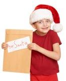 Muchacha en sombrero rojo con la letra a santa - concepto de la Navidad de las vacaciones de invierno Imagenes de archivo