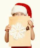 Muchacha en sombrero rojo con la letra a santa - el concepto de la Navidad de las vacaciones de invierno, amarillea entonado Imágenes de archivo libres de regalías