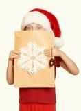 Muchacha en sombrero rojo con la letra a santa - el concepto de la Navidad de las vacaciones de invierno, amarillea entonado Fotos de archivo libres de regalías