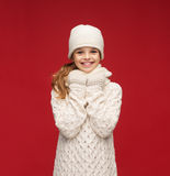 Muchacha en sombrero, silenciador y guantes Fotos de archivo