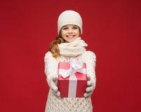 Muchacha en sombrero, silenciador y guantes con la caja de regalo Imagen de archivo libre de regalías