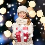 Muchacha en sombrero, silenciador y guantes con la caja de regalo Fotos de archivo libres de regalías