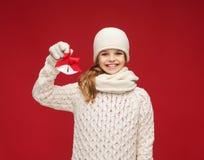 Muchacha en sombrero, silenciador y guantes con los cascabeles Fotografía de archivo libre de regalías