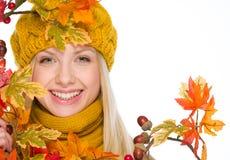 Muchacha en sombrero y bufanda con el ramo del otoño Foto de archivo
