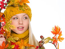 Muchacha en sombrero y bufanda con el ramo del otoño Imágenes de archivo libres de regalías