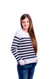 Muchacha en suéter rayado, mujer hermosa joven, tiro del estudio Imagen de archivo