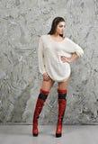 Muchacha en suéter y botas Fotos de archivo