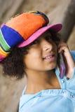 Muchacha en su teléfono celular foto de archivo