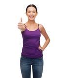 Muchacha en top sin mangas púrpura en blanco con los brazos cruzados Imagen de archivo