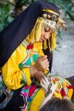 Muchacha en tradicionalmente ropa del berber Foto de archivo