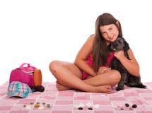 Muchacha en traje de baño en la playa con el perro Fotos de archivo
